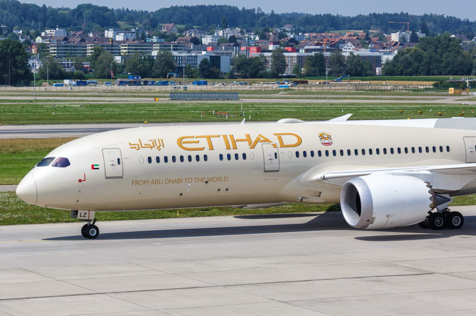 An Etihad Boeing 787-9 Dreamliner aircraft waits on the tarmac at Zurich Airport in Switzerland, July 22, 2020. (Shutterstock Photo)