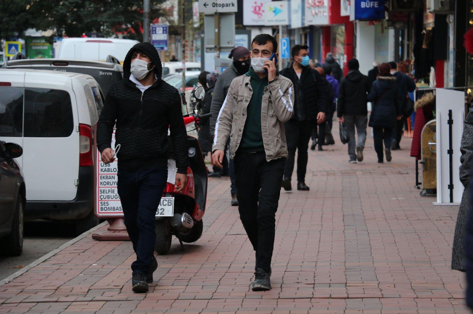 People wearing protective masks walk on a street in Samsun, northern Turkey, Dec. 22, 2020. (DHA Photo)