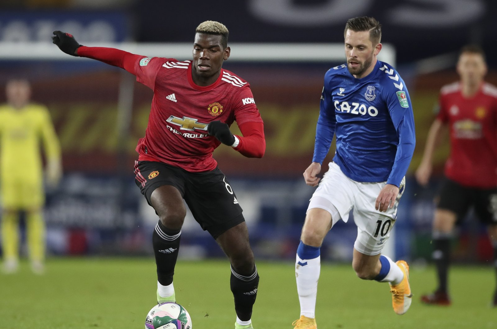 Manchester United's Paul Pogba (L) takes the ball away from Everton's Gylfi Sigurdsson during the English League Cup quarterfinal match at Goodison Park, in Liverpool, England, Dec. 23, 2020. (AP Photo)