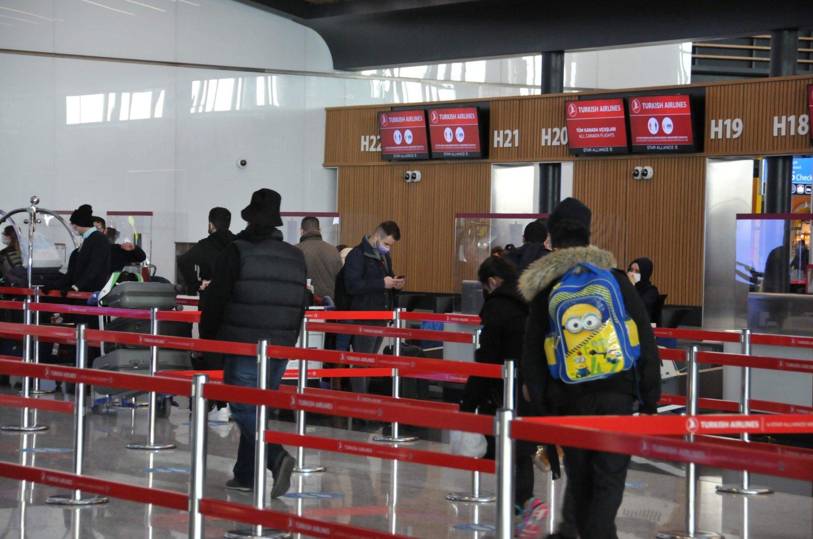 Passengers wait in the flight check-in line, Istanbul, Turkey, Dec. 25, 2020. (IHA Photo)
