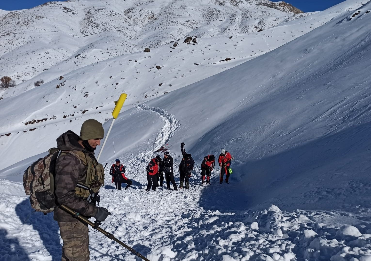 Search and rescue crews scour the avalanche site, in Hakkari, southeastern Turkey, Dec. 27, 2020. (AA PHOTO)
