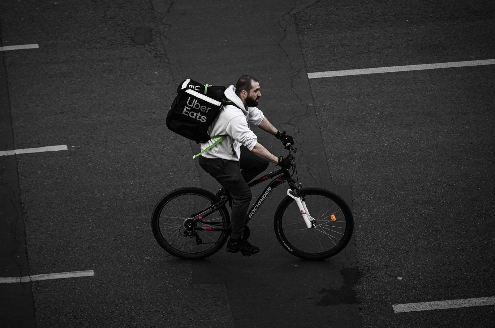 A delivery man working for Uber Eats rides a bicycle in Paris amid the coronavirus outbreak, April 20, 2020. (AFP Photo)