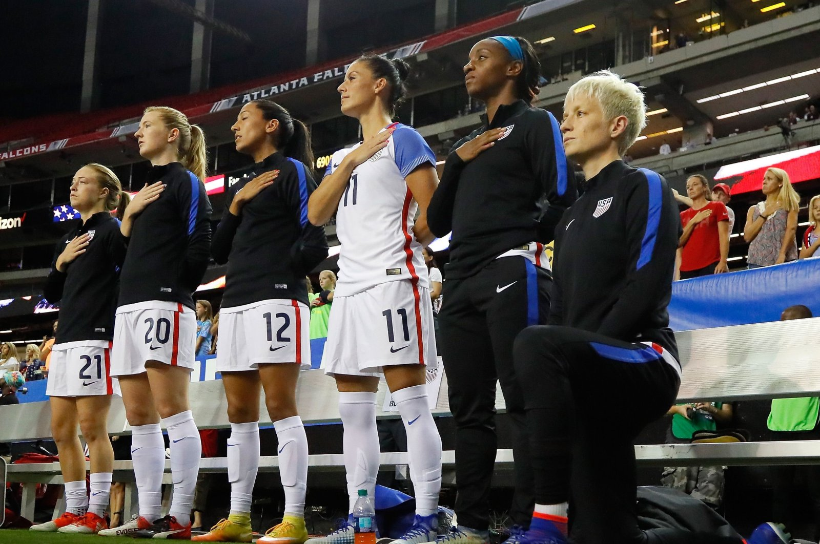 Megan Rapinoe (L) kneels during the national anthem prior to the match between the United States and the Netherlands, in Atlanta, U.S., Sept. 17, 2016. (AFP PHOTO)