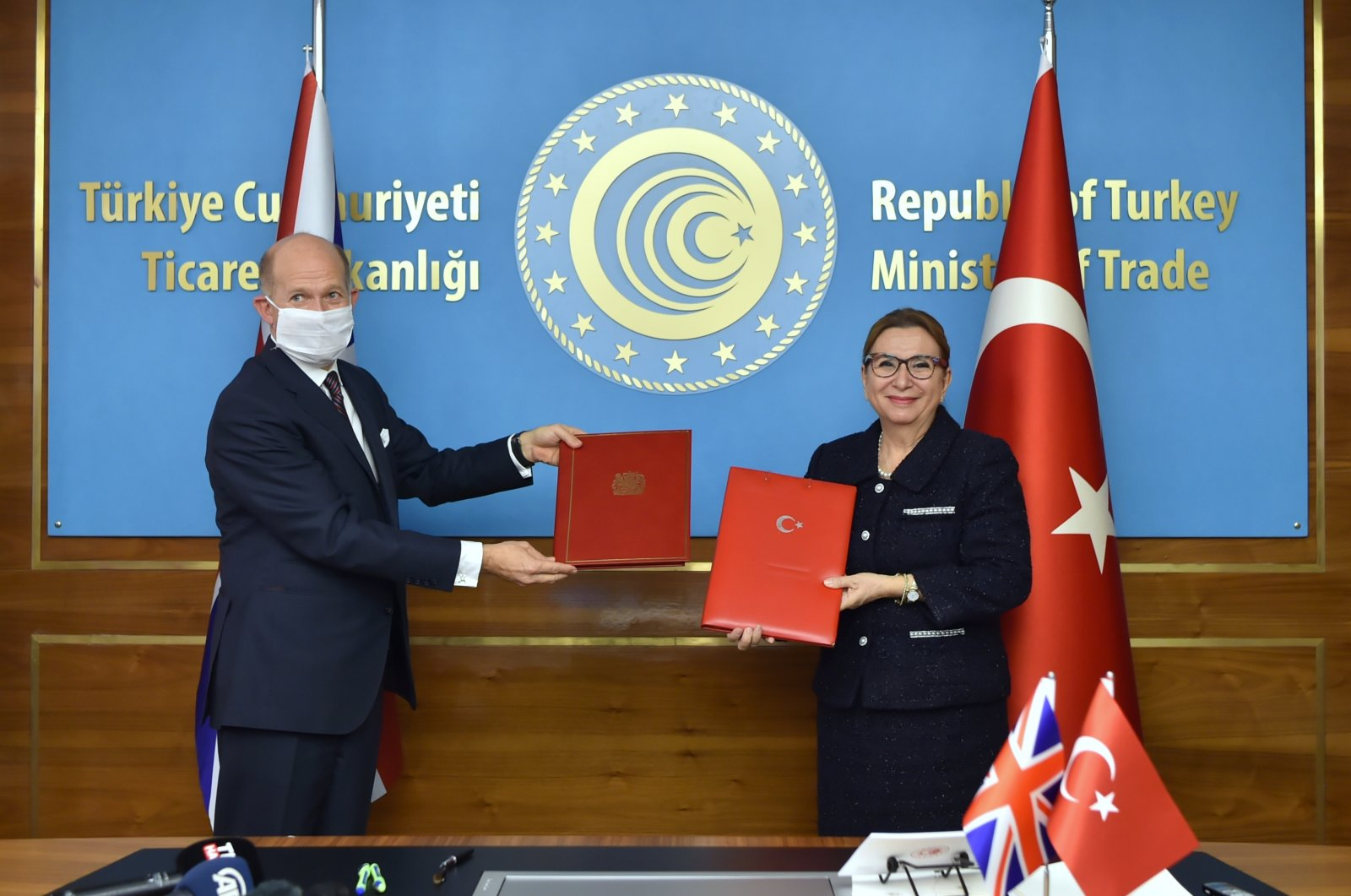 Trade Minister Ruhsar Pekcan (R) and the U.K.'s Ambassador to Ankara Dominick Chilcott are seen on the sidelines of the signing ceremony of the Turkey-U.K. free trade agreement in the capital Ankara, Turkey, Dec. 29, 2020. (AA Photo)