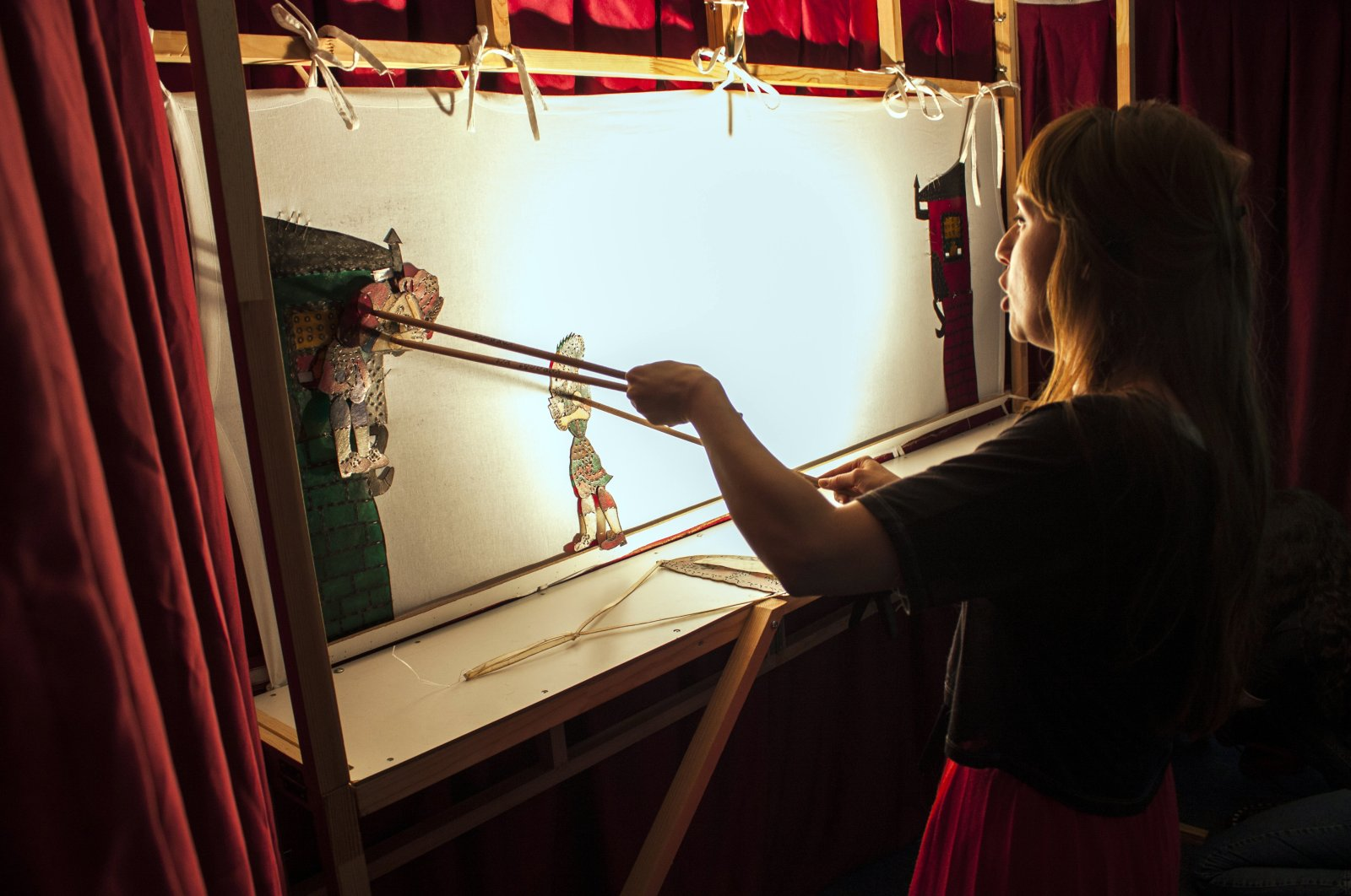 YEE London put on performances of Karagöz and Hacivat traditional Turkish shadow play in many U.K. primary schools and institutions in English and Turkish. (Courtesy of YEE)