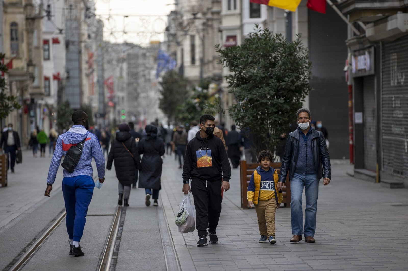 Foreign tourists walk on Istiklal Avenue during the weekend curfew, in Istanbul, Turkey, Dec. 26, 2020. (AA Photo)