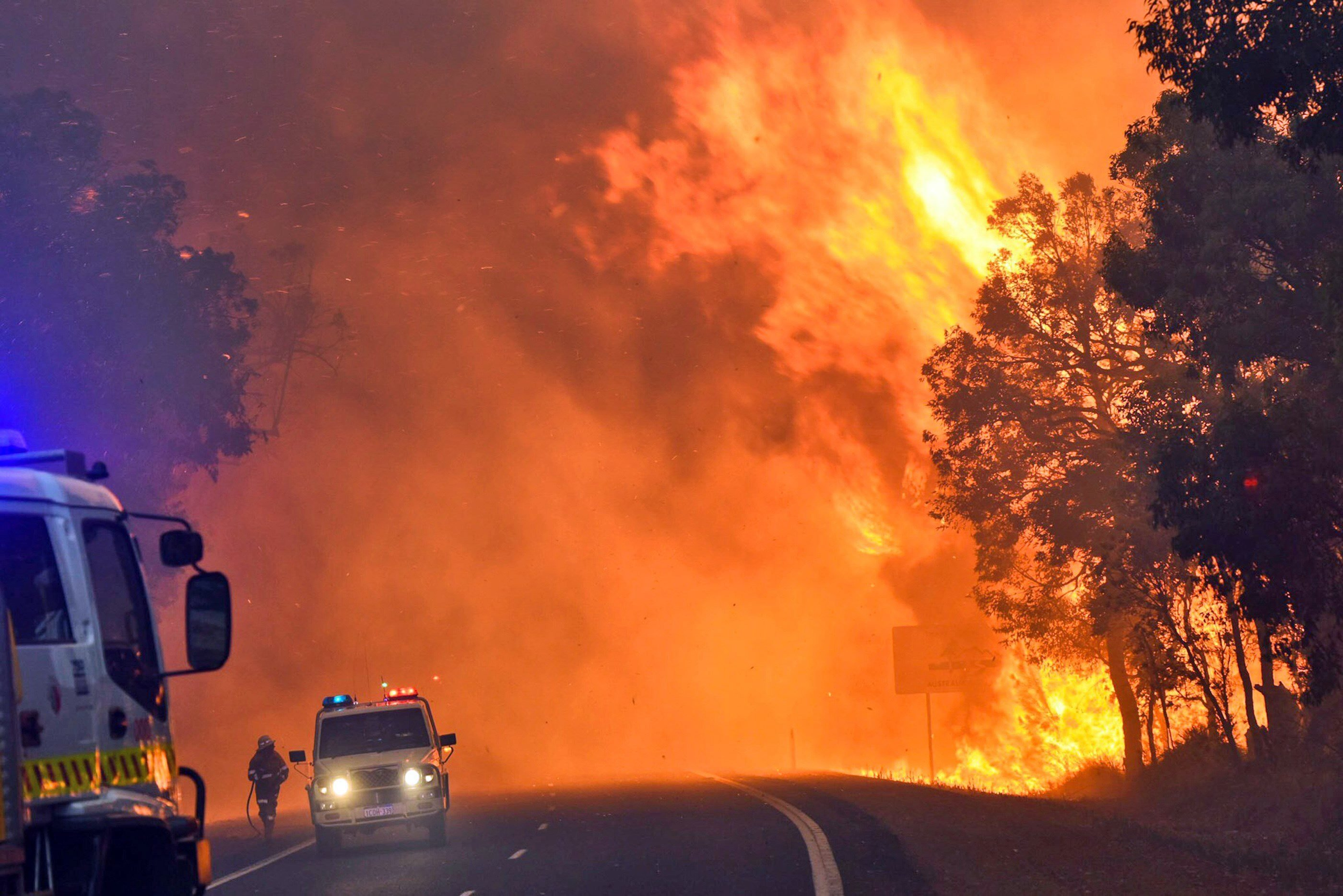 A handout photo taken on January 7, 2016 and released on January 8 by the Department of Fire and Emergency Services shows firefighters battling a fire near Yarloop in Western Australia. (AFP Photo / Department of fire and emergency services)