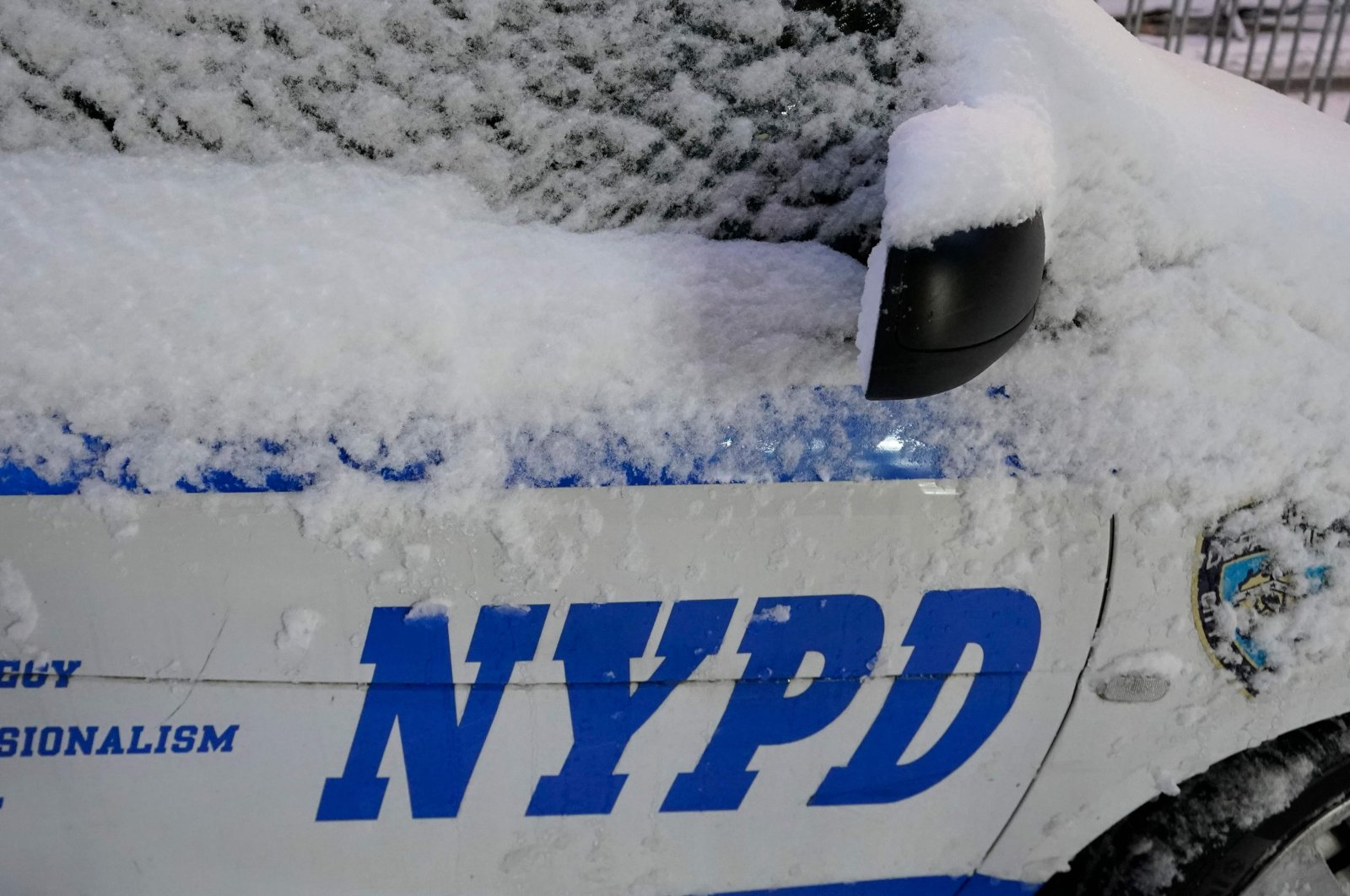 An NYPD police car is seen in the snow in New York, Dec. 17, 2020. (AFP Photo)