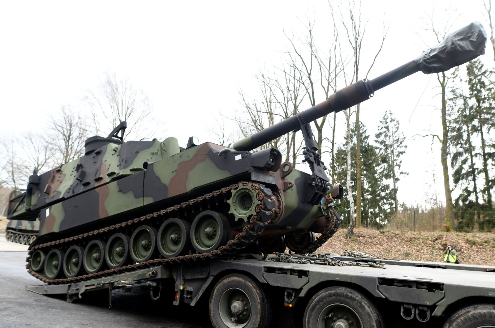 Soldiers of German Army Bundeswehr load a U.S. M109 tank onto a heavy goods transporter during preparations for the Defender-Europe 20 international military exercises in Bergen Hohne, Germany, Feb. 12, 2020. (Reuters Photo)
