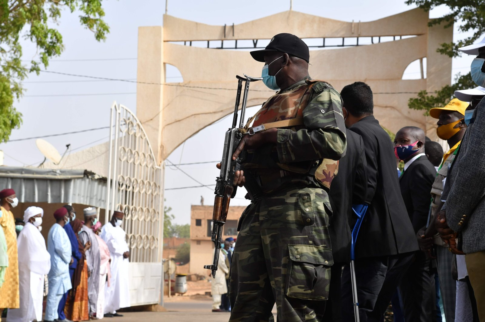 A Nigerien soldier stands guard as Niger's outgoing President Mahamadou Issoufou arrives at a polling station during Niger's presidential and legislative elections in Niamey, Dec. 27, 2020. (AFP Photo)
