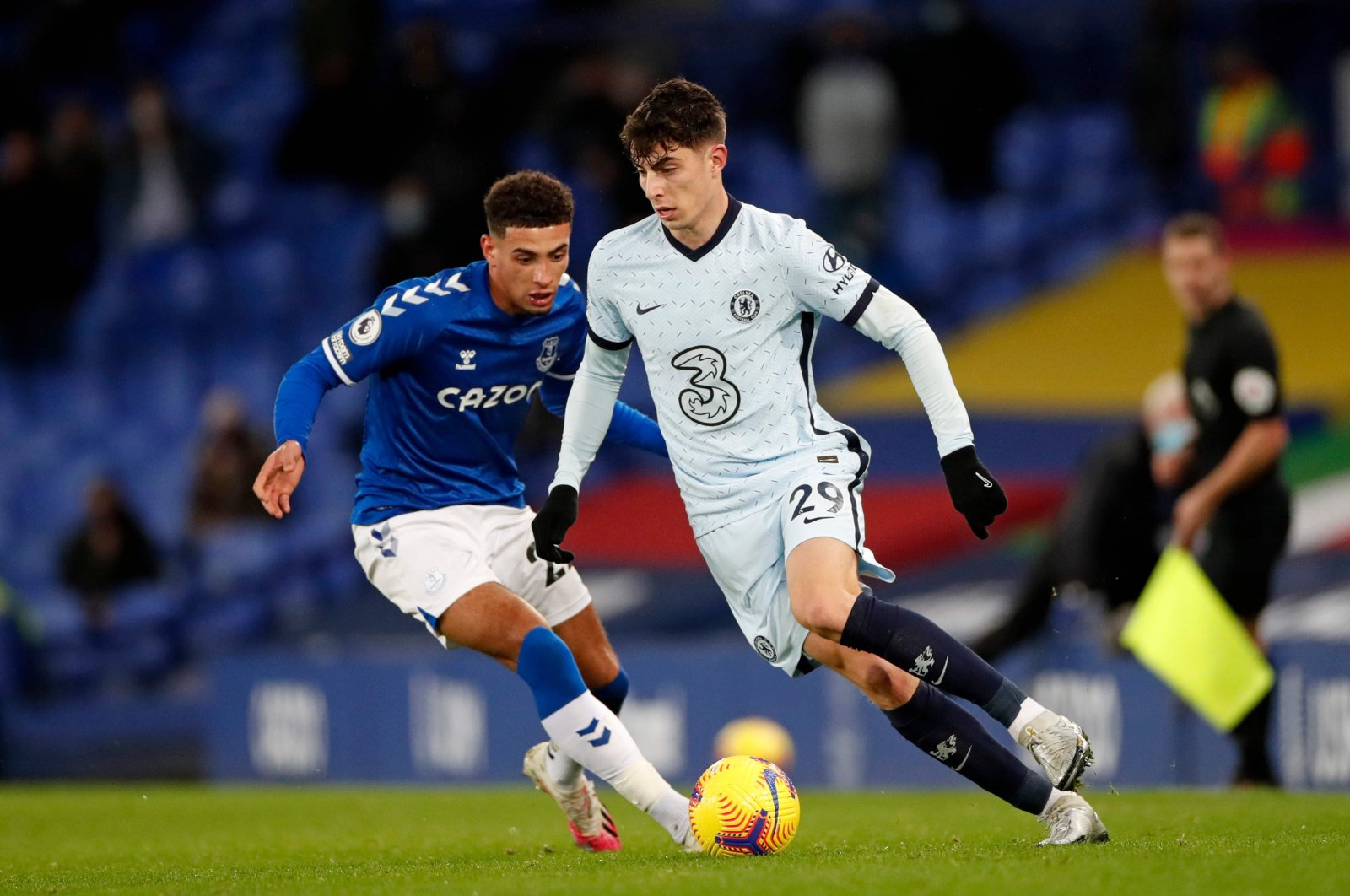 Chelsea's Kai Havertz (R) runs with the ball during a game against Everton, in Liverpool, England, Dec. 12, 2020. (AFP PHOTO)
