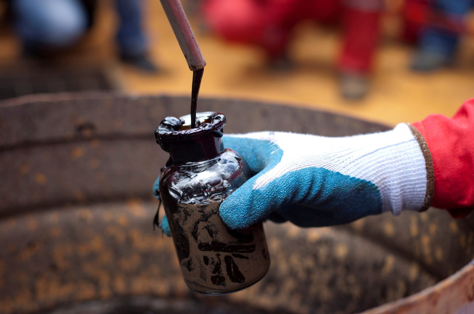 A worker collects a crude oil sample at an oil well operated by Venezuela's state oil company PDVSA in Morichal, Venezuela, July 28, 2011. (Reuters Photo)