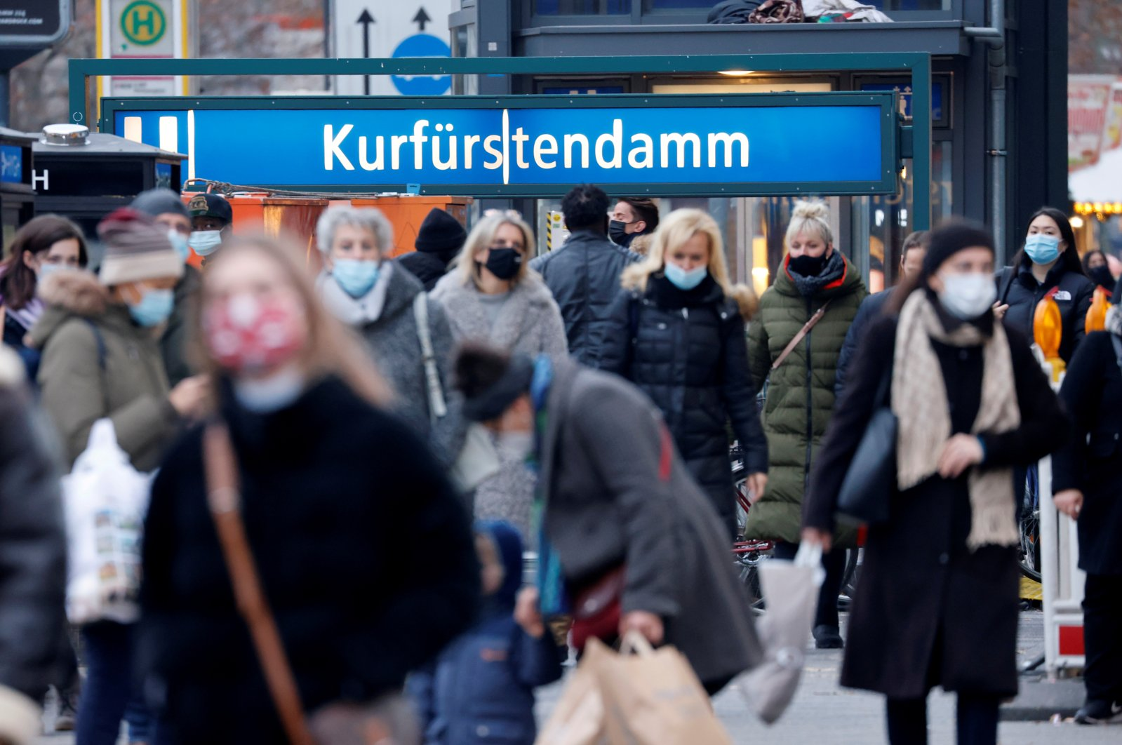People with protective face masks walk on Kurfurstendamm shopping boulevard amid the COVID-19 outbreak in Berlin, Germany, Dec. 5, 2020. (Reuters Photo)