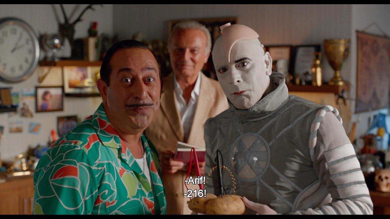 Jim Yılmaz (solda), Fotoğraf 216'da Arif ve Ozan Goffin rolünde.
