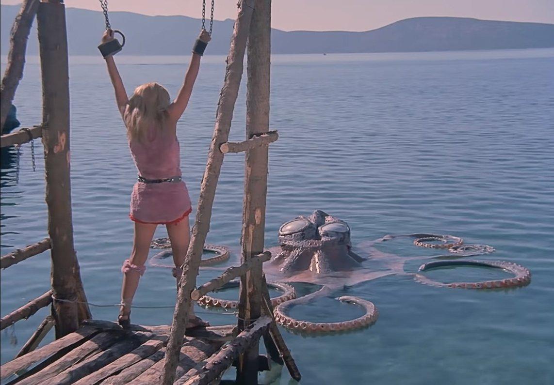 Bir filmde bir kadının ahtapot tanrısına kurban edildiği bir sahne