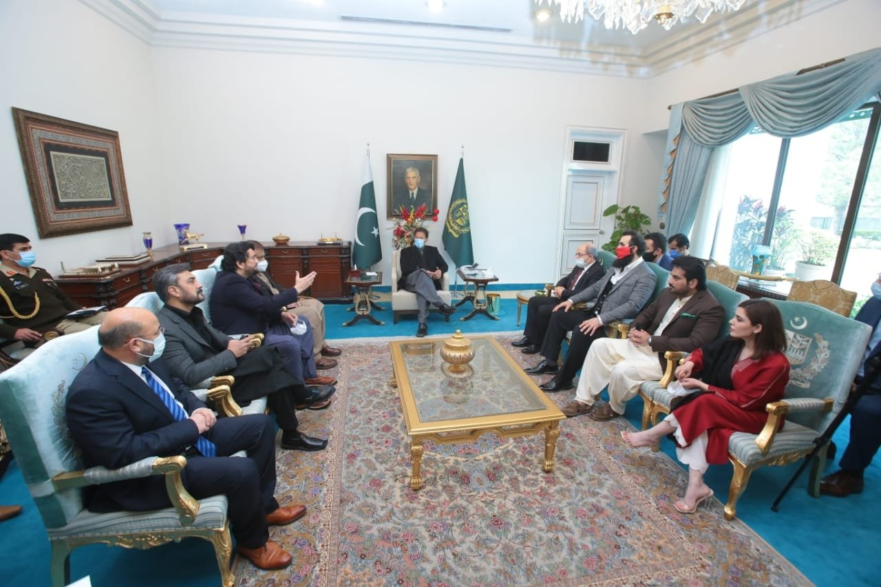 Prime Minister Imran Khan (C) together with the board headed by Turkish director Kemal Tekden at his office in Islamabad, Pakistan, Jan. 8, 2020. (AA Photo)