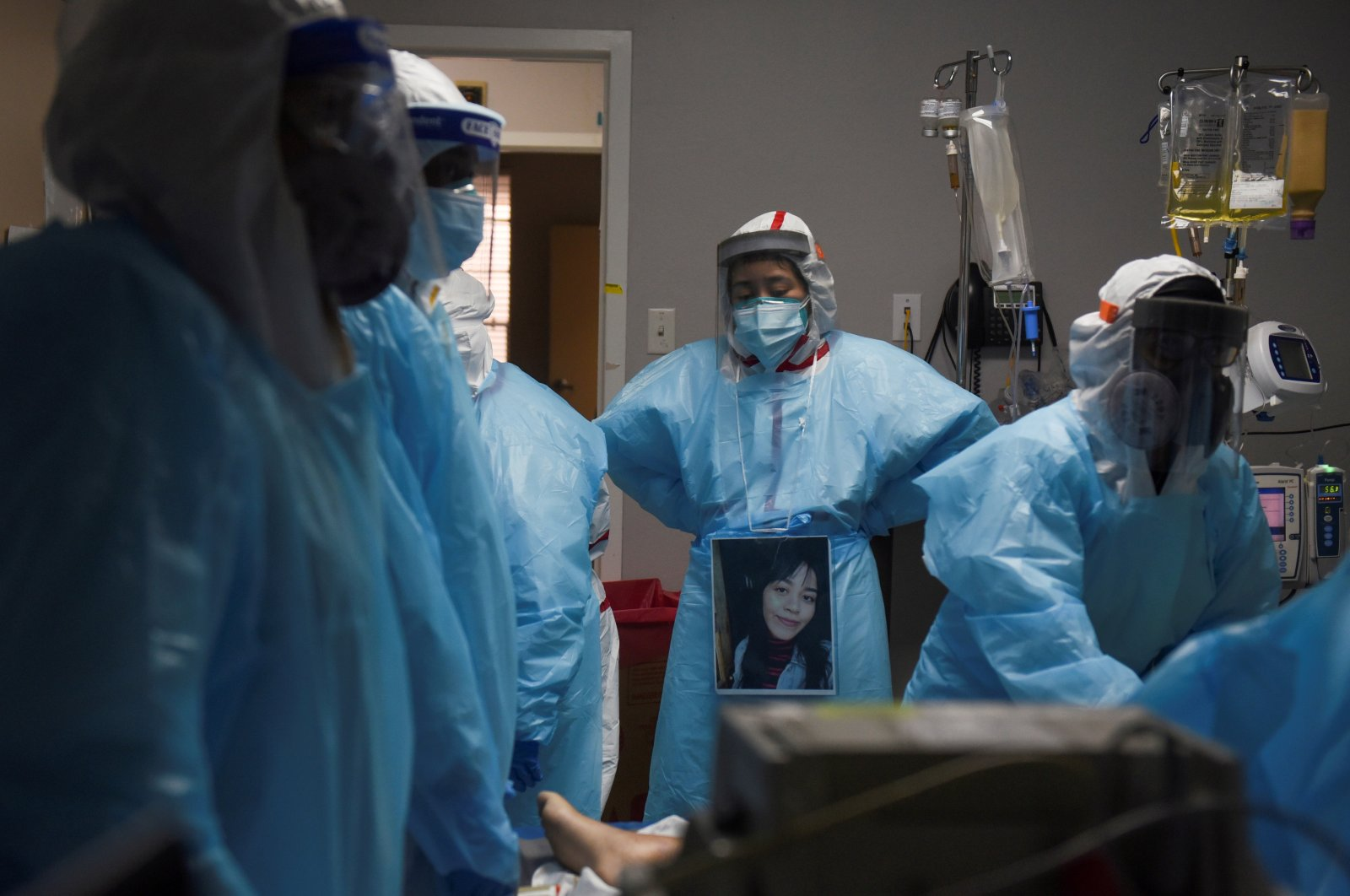 Health care personnel surround a patient who died inside a coronavirus disease (COVID-19) unit at United Memorial Medical Center, in Houston, Texas, U.S., Dec. 12, 2020.  (Reuters Photo)