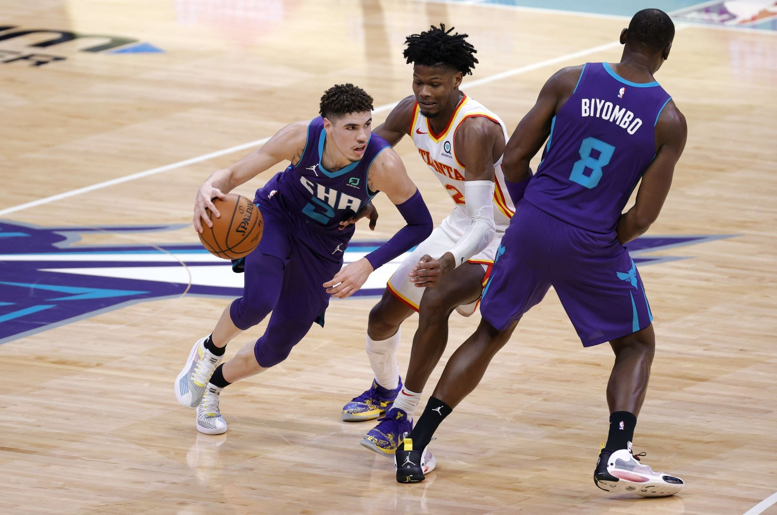 Charlotte Hornets' LaMelo Ball drives to the basket against Atlanta Hawks' Cam Reddish during an NBA game at the Spectrum Center in Charlotte, North Carolina, U.S., Jan. 9, 2021. (AFP Photo)