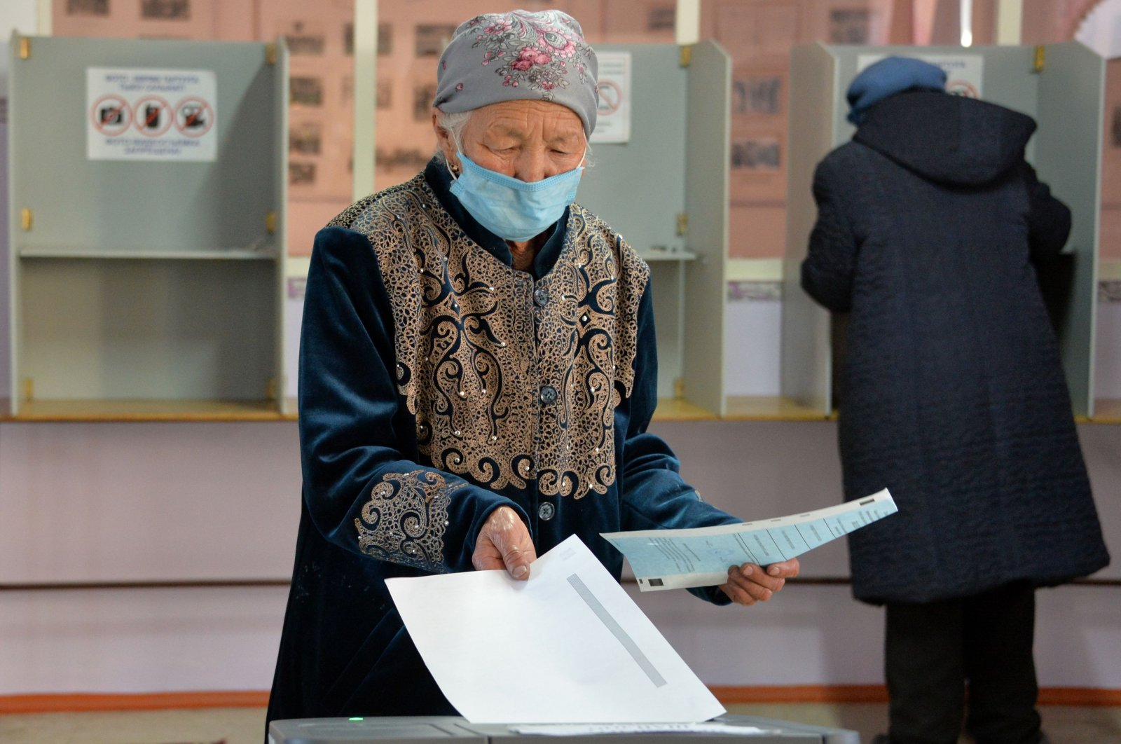 People cast their vote during Kyrgyzstan's presidential election and a referendum on the government system in the village of Koy-Tash outside Bishkek on Jan. 10, 2021. (AFP Photo)