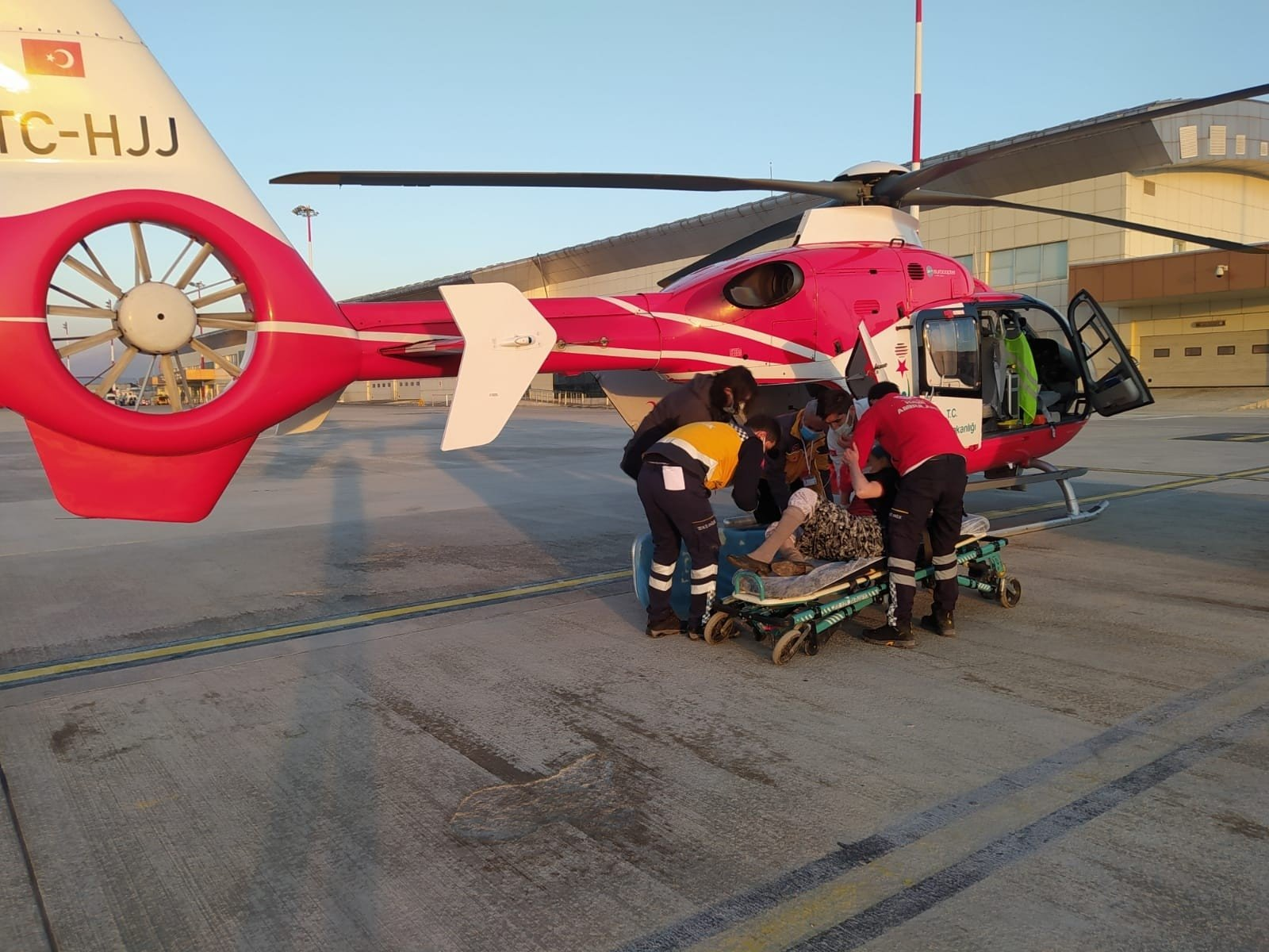 A patient is being carried to an ambulance helicopter in Van, eastern Turkey, Jan. 6, 2021. (İHA PHOTO)