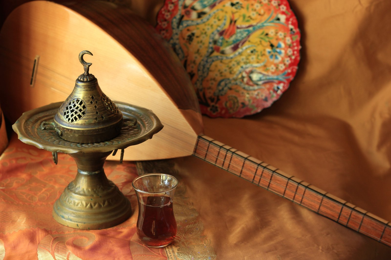 The Turkish instrument bağlama plays an important role in Sivas's traditional music and aşık tradition. (Shutterstock Photo)