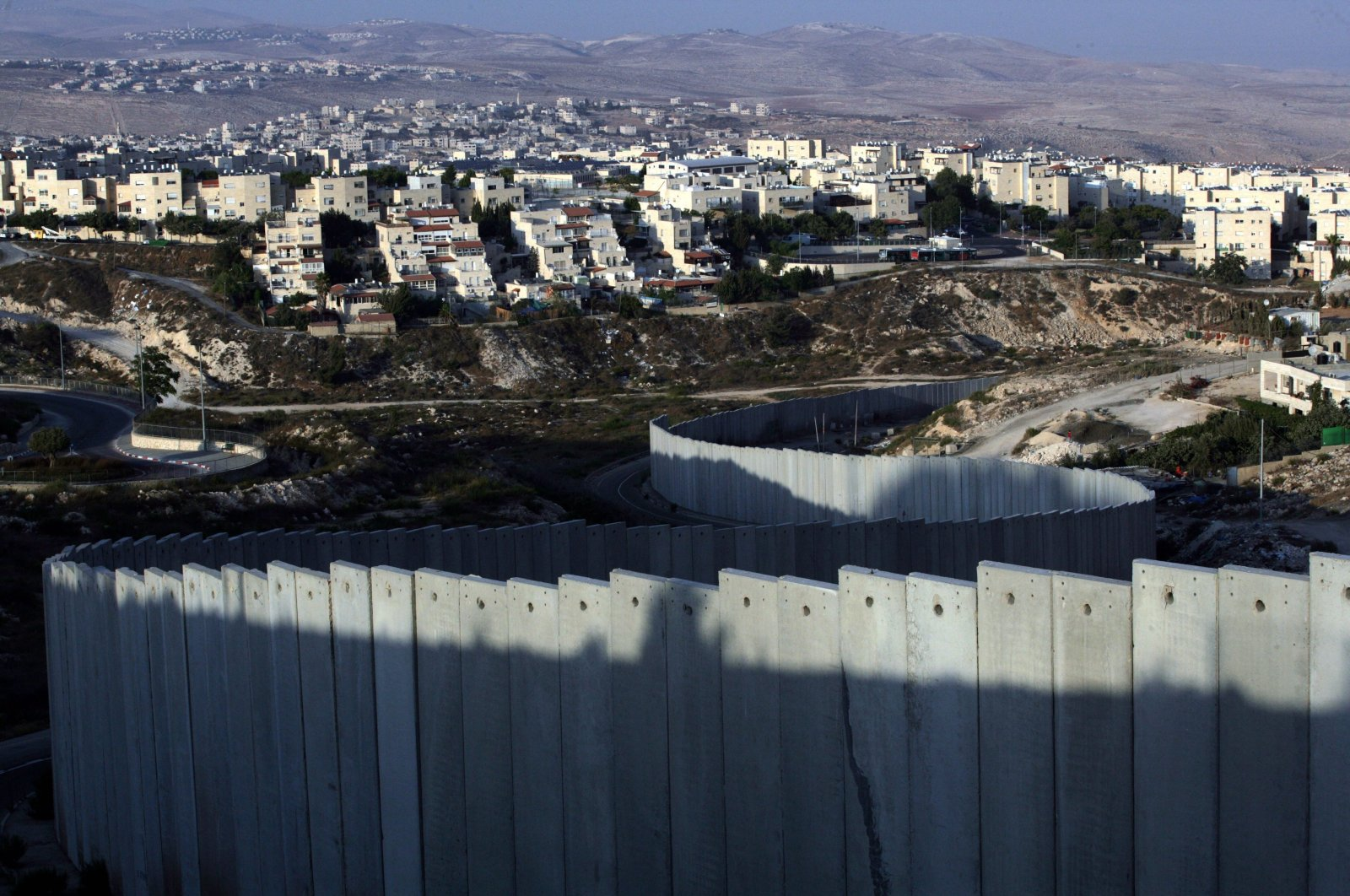 A general view shows the Israeli barrier in the occupied West Bank near the illegal Jewish settlement of Pisgat Zeev in Jerusalem, Sep. 18, 2011. (EPA Photo)