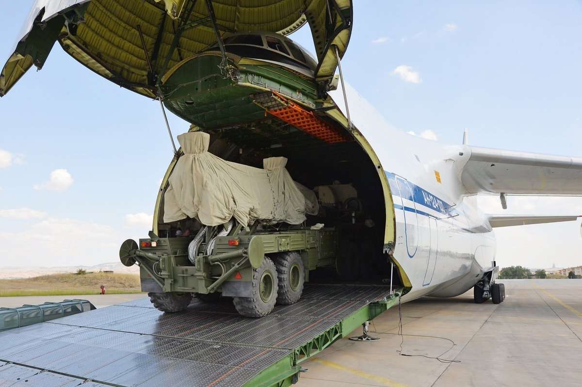 An S-400 missile system is loaded onto a cargo plane to be transported to an air base in Ankara, Turkey, Sept. 17, 2019. (AA Photo)