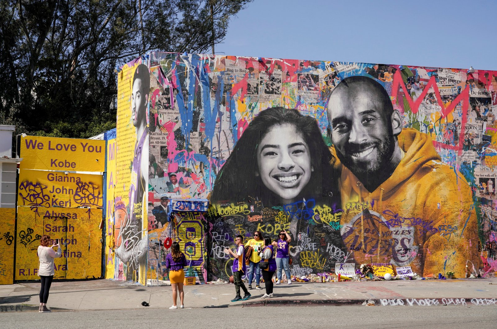 Fans gather around a mural of late NBA great Kobe Bryant and his daughter Gianna Bryant during a public memorial for them and seven others killed in a helicopter crash, at the Staples Center in Los Angeles, California, U.S., Feb. 24, 2020. (Reuters Photo)