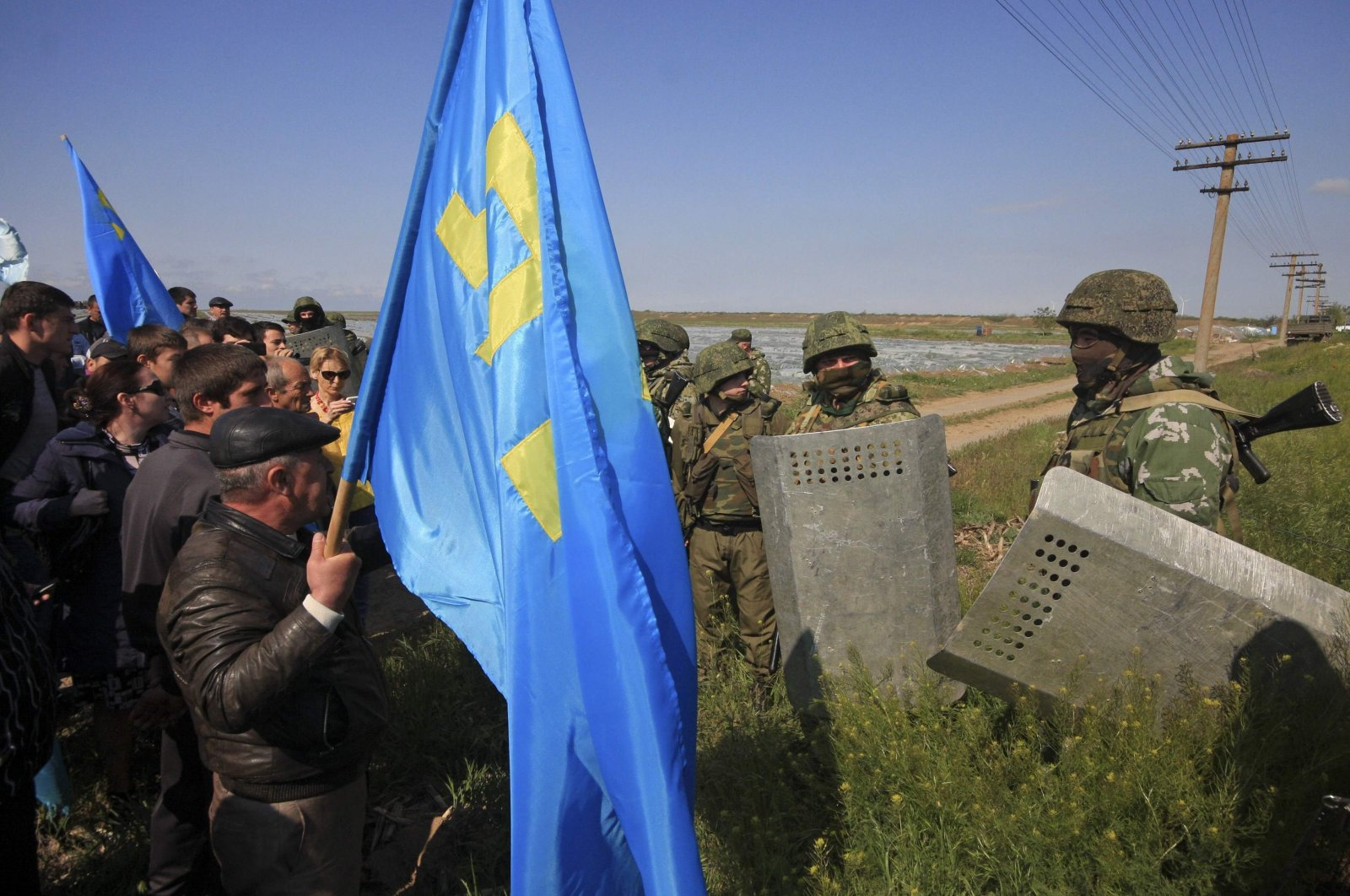 Russian servicepeople attempt to block the way for Crimean Tatars crossing a checkpoint connecting Crimea and the Kherson region near Armyansk, Crimea, May 3, 2014. (Reuters Photo)