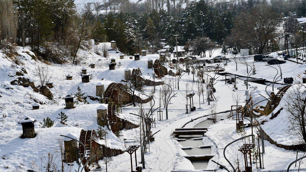 Kar yağışı hobbit evlerini kapladıktan sonra, köy, Tolkien'in Türkiye'nin orta Sivas kentindeki ikonik kitap serisinden pitoresk manzaralar sundu, 14 Ocak 2021. (AA Fotoğrafı)
