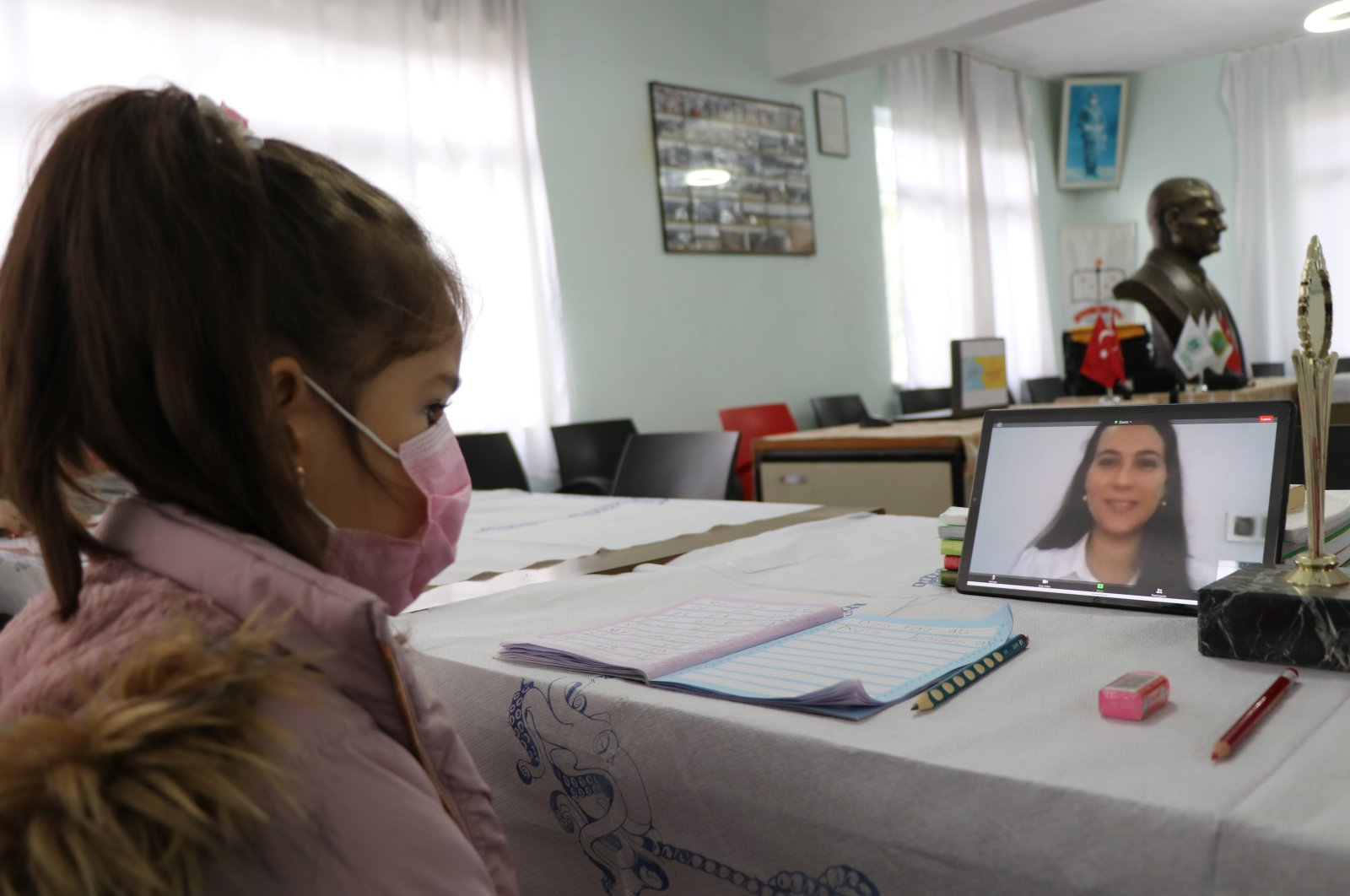 A student attends an online class at an EBA Support Point in Edirne, northwestern Turkey, Jan. 13, 2021. (AA PHOTO)