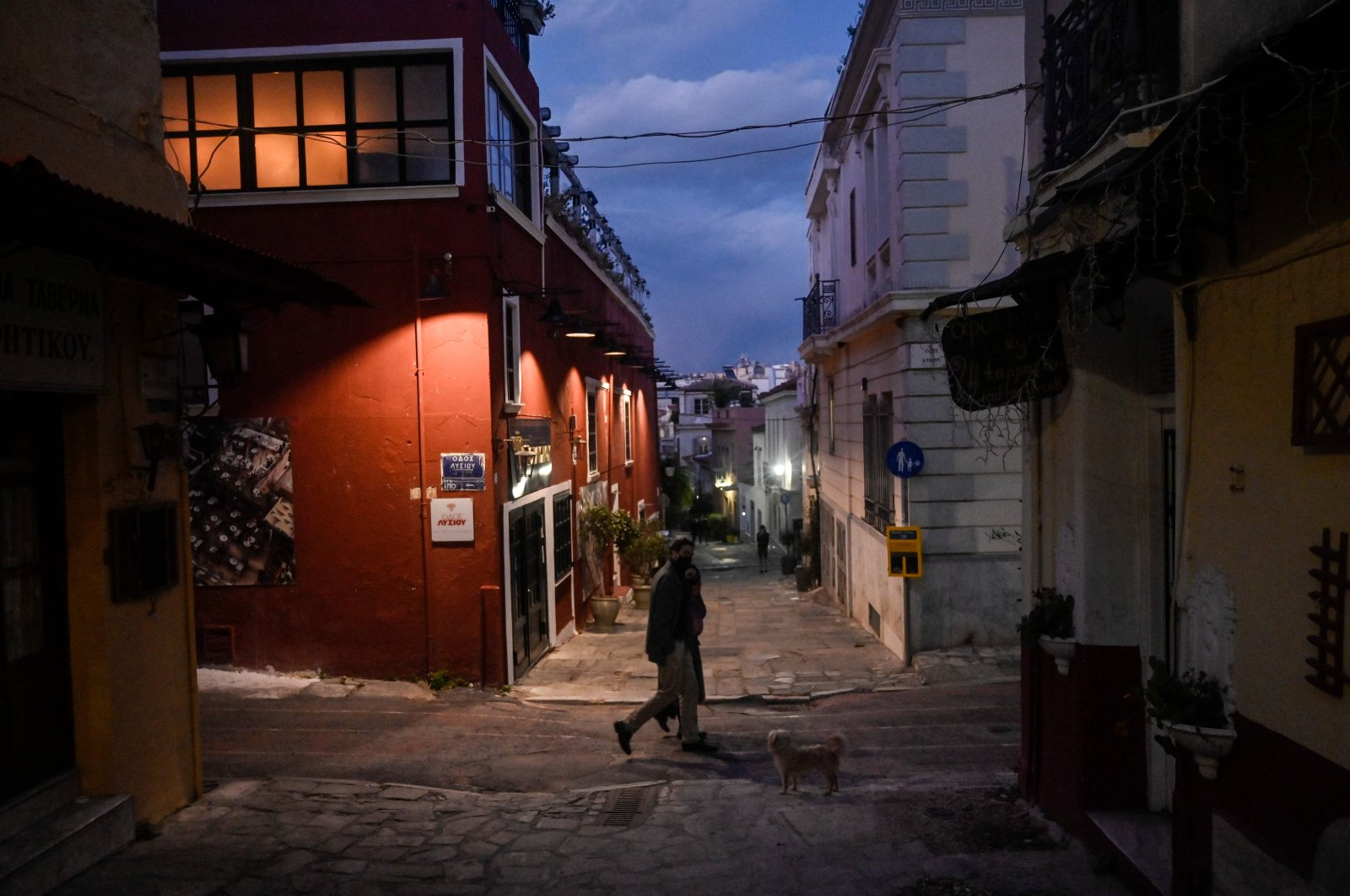 Pedestrians walk past closed businesses and restaurants at Athens' touristic Plaka area during a second national lockdown in Greece aimed at curbing the spread of the COVID-19 pandemic, Jan. 13, 2021.  (AFP Photo)