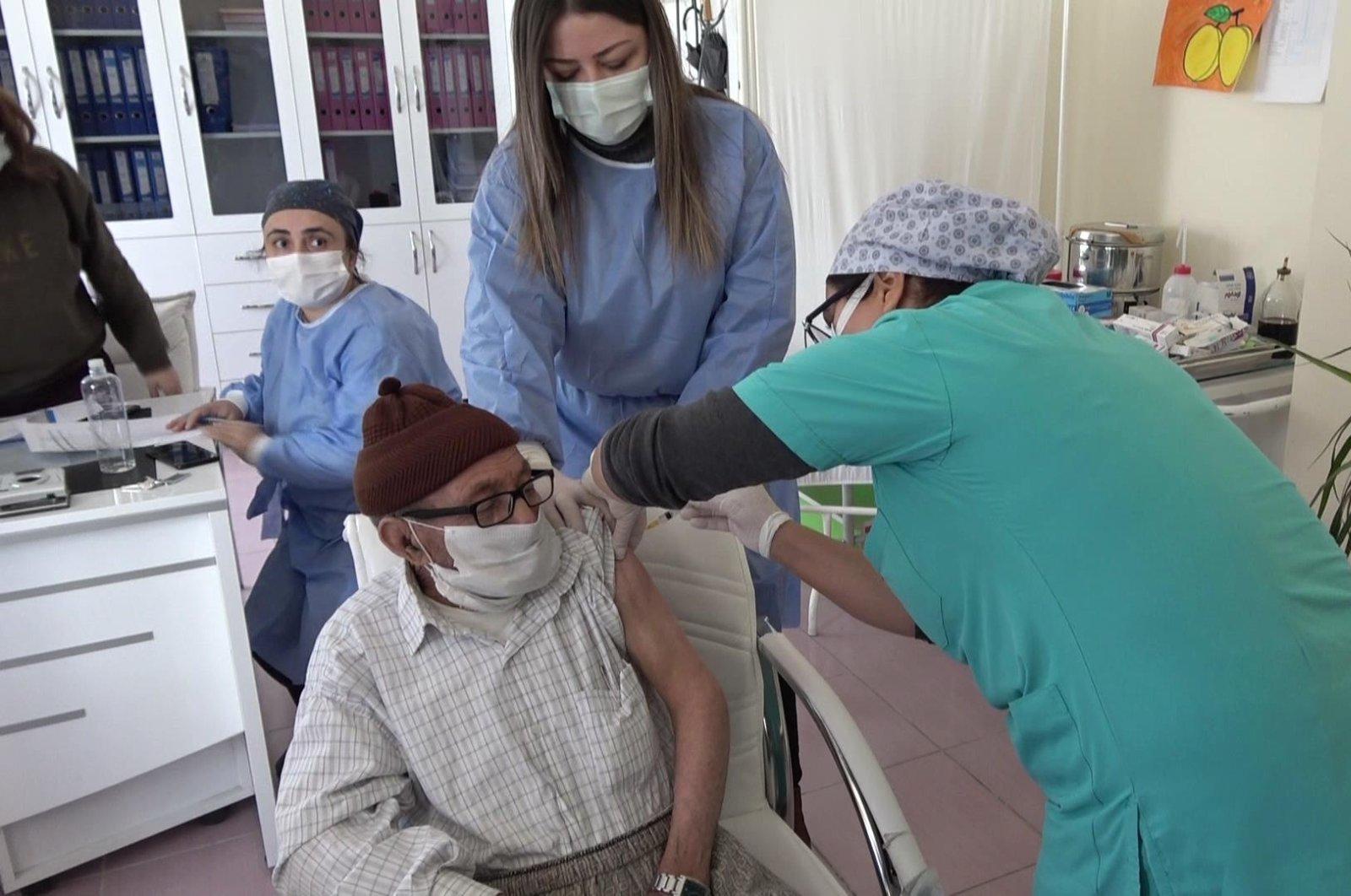 Ismail Göçyılmaz, 88, gets vaccinated at a nursing home in Aksaray, central Turkey, Jan. 19, 2021. (DHA Photo)
