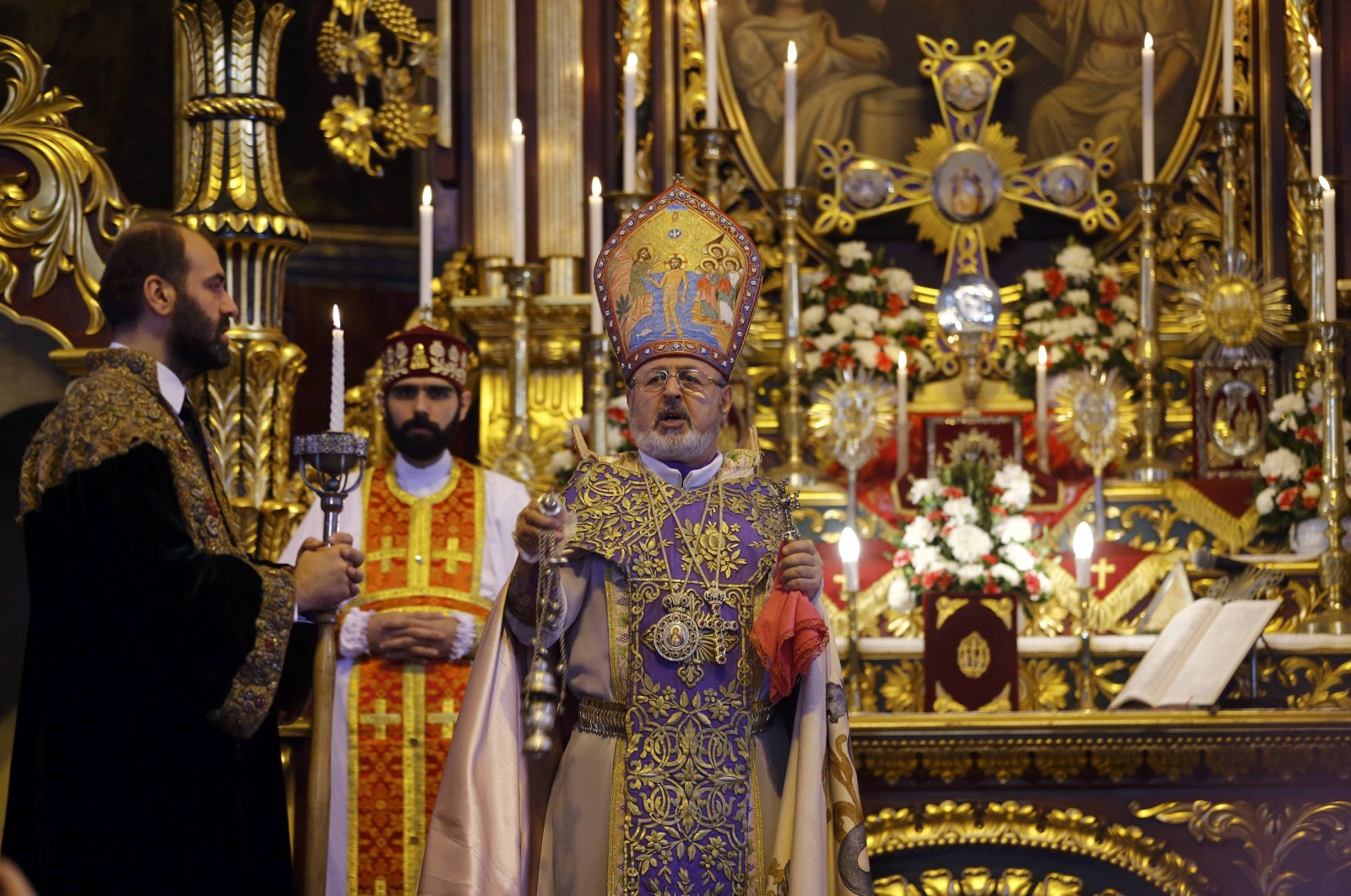 Archbishop Aram Ateşyan (C), the former general vicar of the Armenian Patriarch in Turkey, holds a mass at Surp Asdvadzadzin Patriarchal Church as part of events to commemorate the Armenian losses during the 1915 events at the centennial ceremony, Istanbul, Turkey, April 24, 2015. (Reuters Photo)