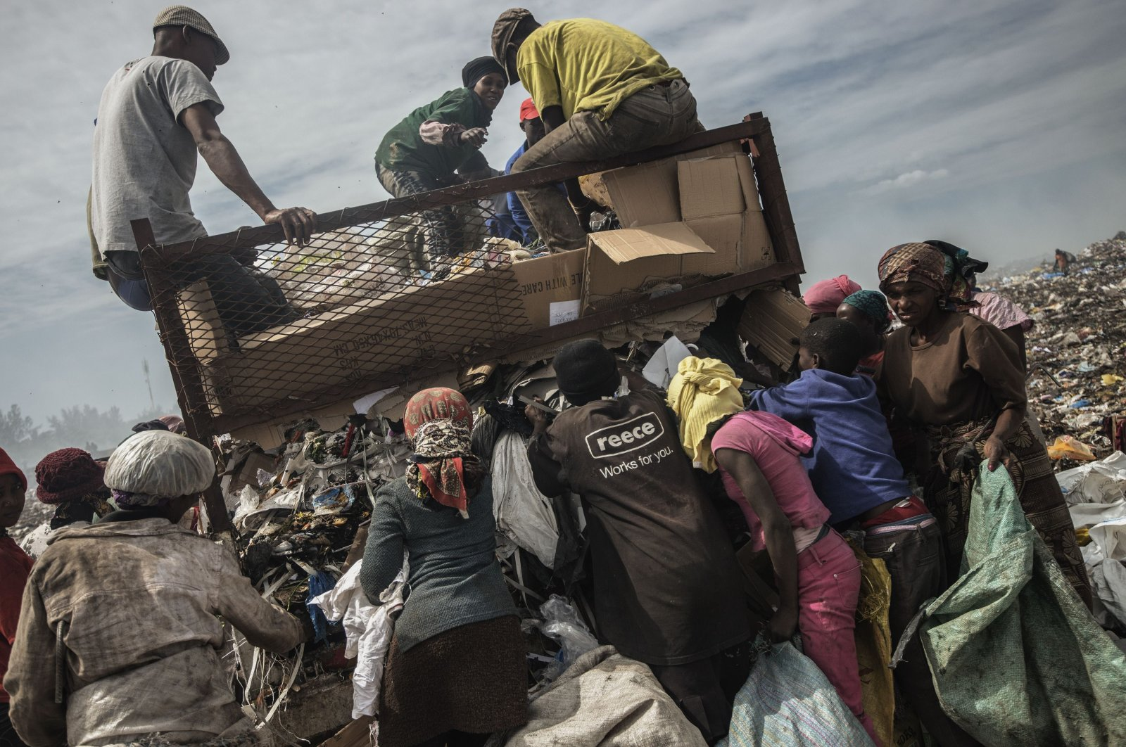People sift through garbage at the Maputo municipal garbage dump site in Maputo, Mozambique, Oct. 14, 2014. (AFP Photo)