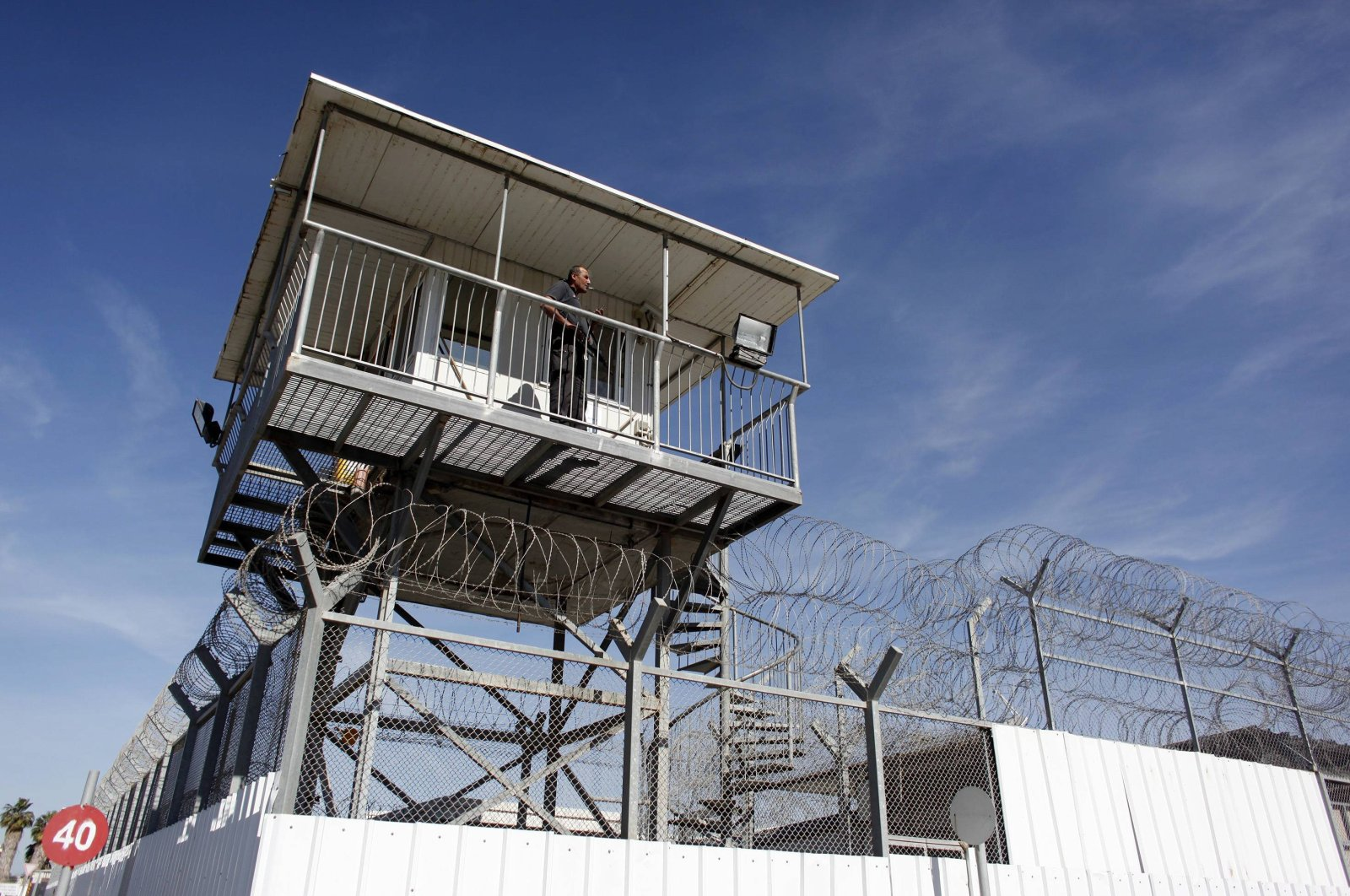 An Israeli prison guard keeps watch from a tower at Ayalon prison in Ramle near Tel Aviv, Israel, Feb. 13, 2013. (Reuters Photo)