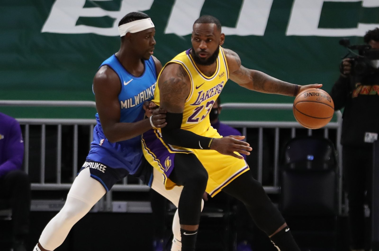 Los Angeles Lakers forward LeBron James (R) is defended by Milwaukee Bucks guard Jrue Holiday at the Bradley Center, Milwaukee, the U.S., Jan. 21, 2021. (Reuters Photo)