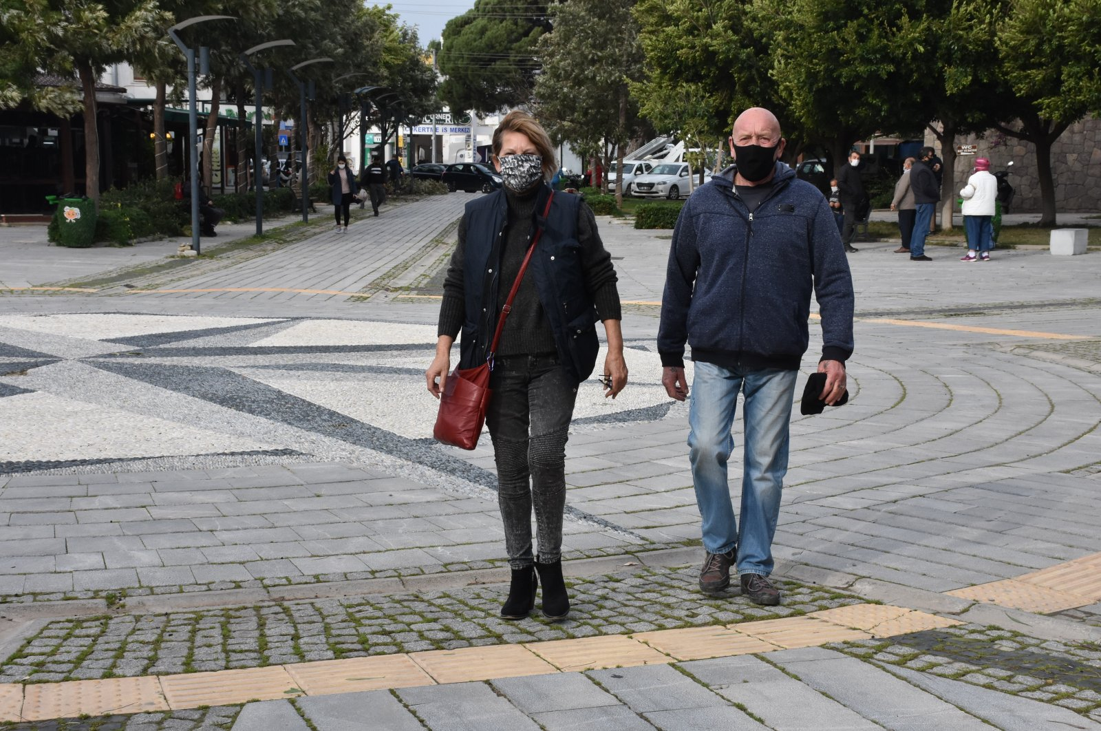 Dawn Marshall (L) and her husband Norman Marshall walk on a street in Bodrum, in Muğla province, southwestern Turkey, Jan. 21, 2021. (AA Photo)