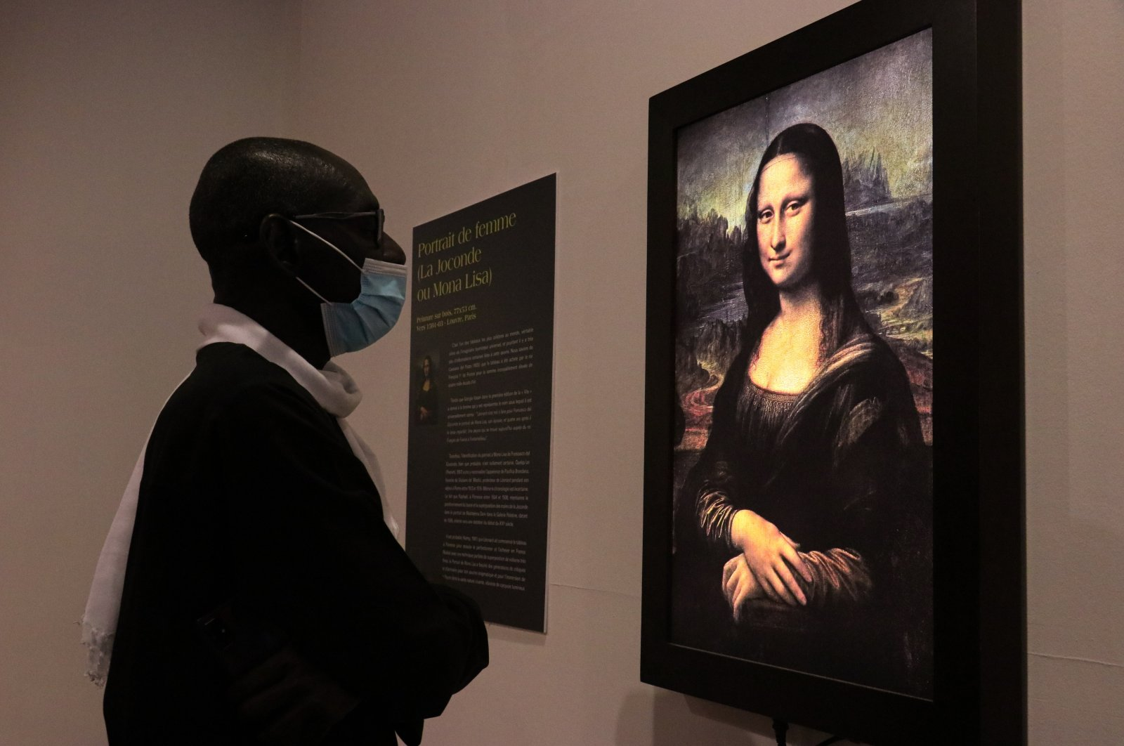 "A man inspects the painting ""Mona Lisa"" by Leonardo da Vinci during ""Opera Omnia Leonardo"" exhibition, Dakar, Senegal, Jan. 22, 2021. (AA Photo)"