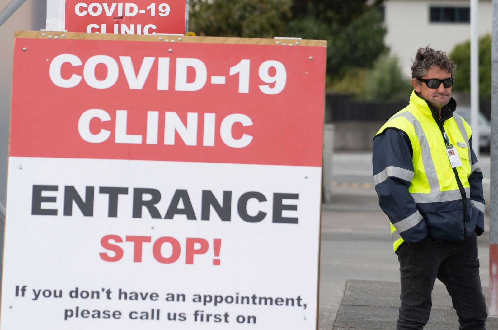 A security guard standing outside a COVID-19 coronavirus clinic in Lower Hutt, near Wellington,  New Zealand, April 20, 2020. (AFP Photo)