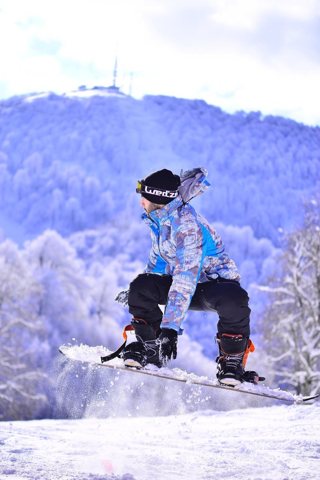 A snowboarder soars through the air at Kartepe, Kocaeli, Jan. 23, 2021. (DHA Photo)
