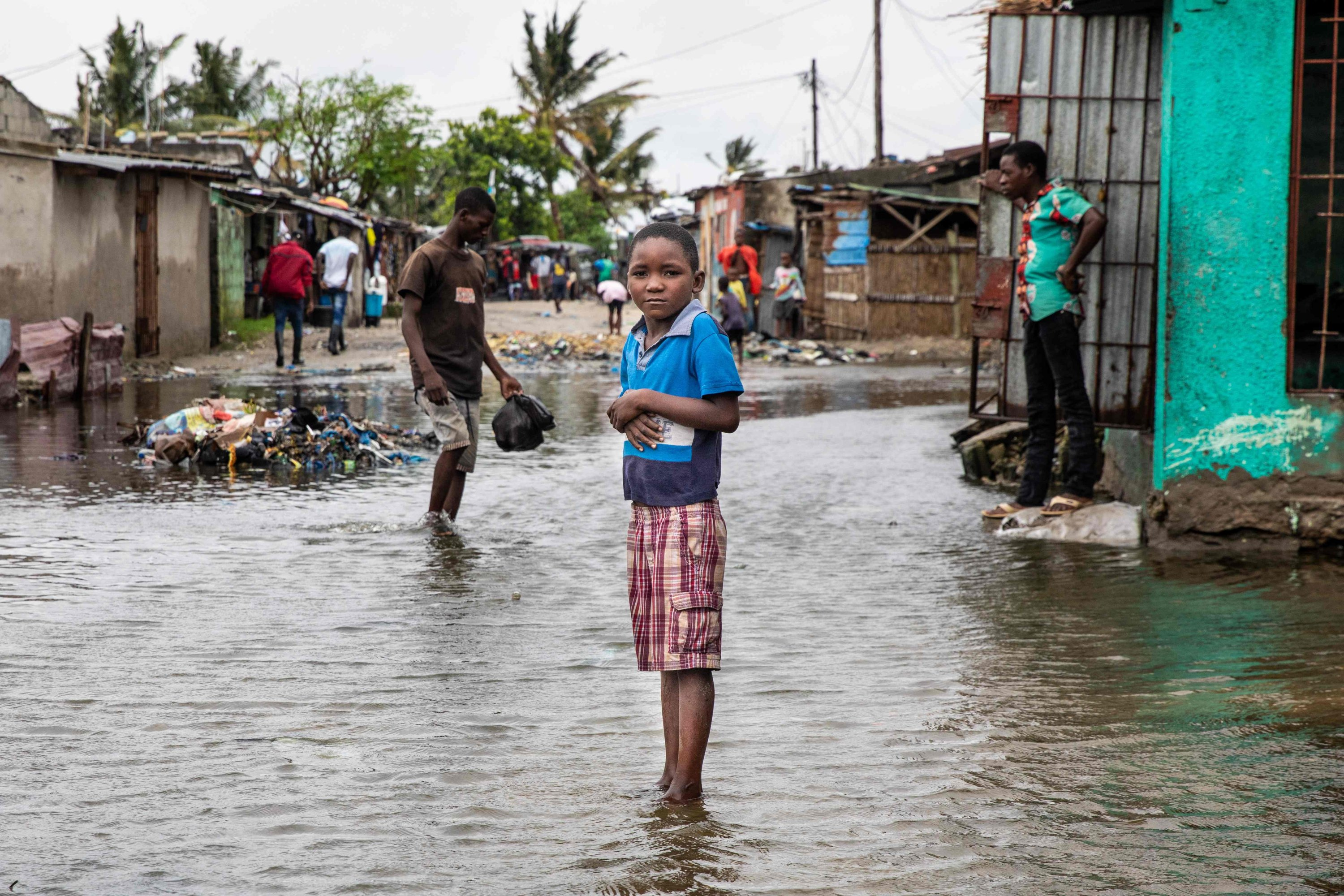 Residents prepare for the arrival of Cyclone Eloise, in the neighborhood of Praia Nova, in Beira, Jan. 22, 2021. (AFP Photo)