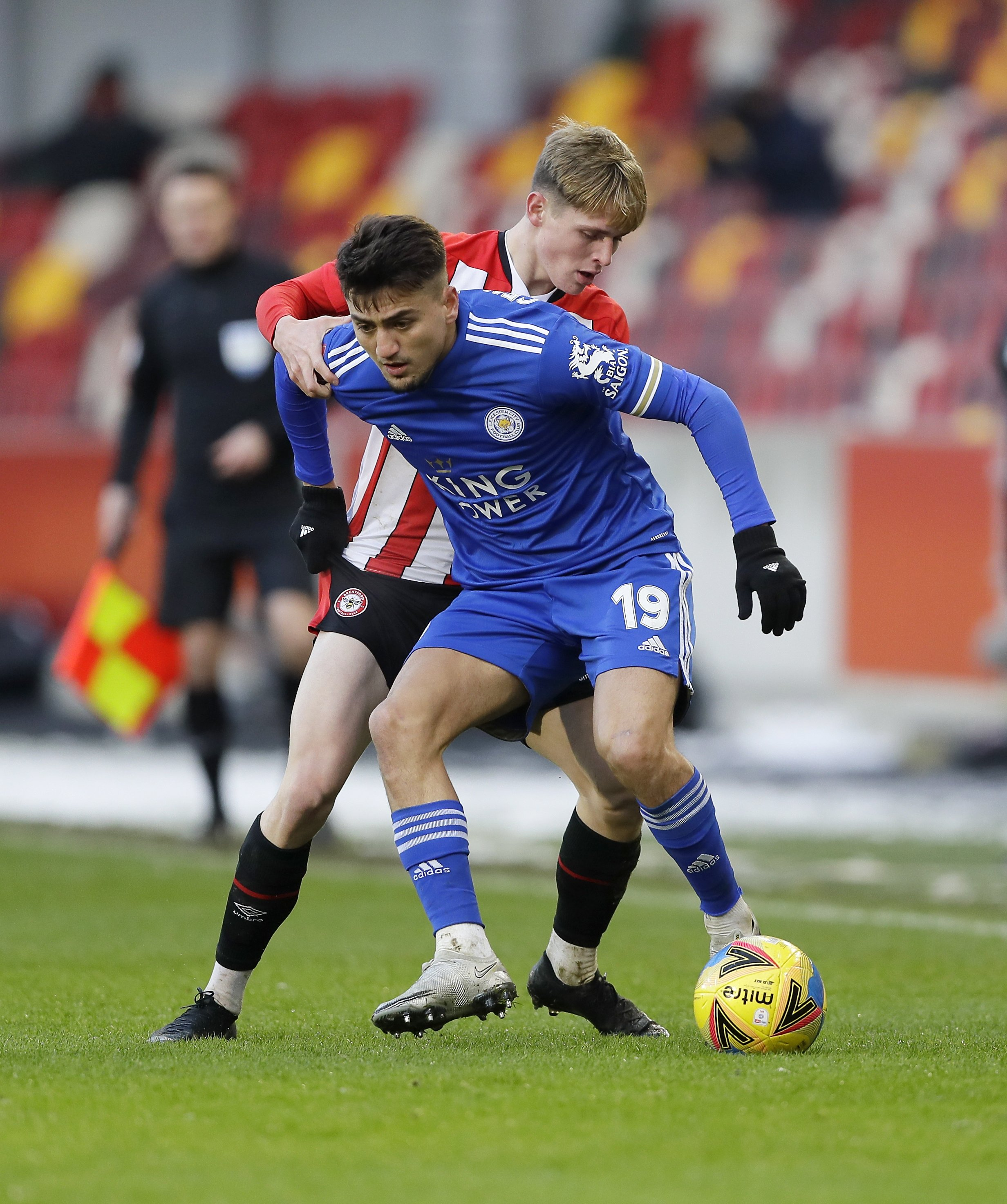 Leicester City's Cengiz Ünder (R) vies for the ball with Brentford's Finley Stevens in a FA Cup match at Brentford Community Stadium, London, England, Jan. 24, 2021. (AP Photo)
