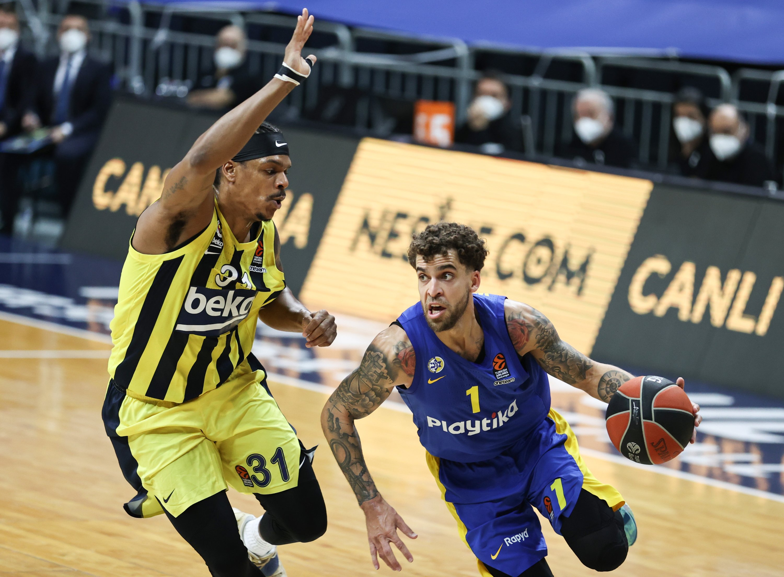 Fenerbahç's small forward Jarell Eddie (L) tries to block Maccabi Tel Aviv's Scottie Wilbekin in a THY EuropeaLeague tie, Ülker Sports Hall, Istanbul, Turkey, Jan. 26, 2021. (AA Photo)