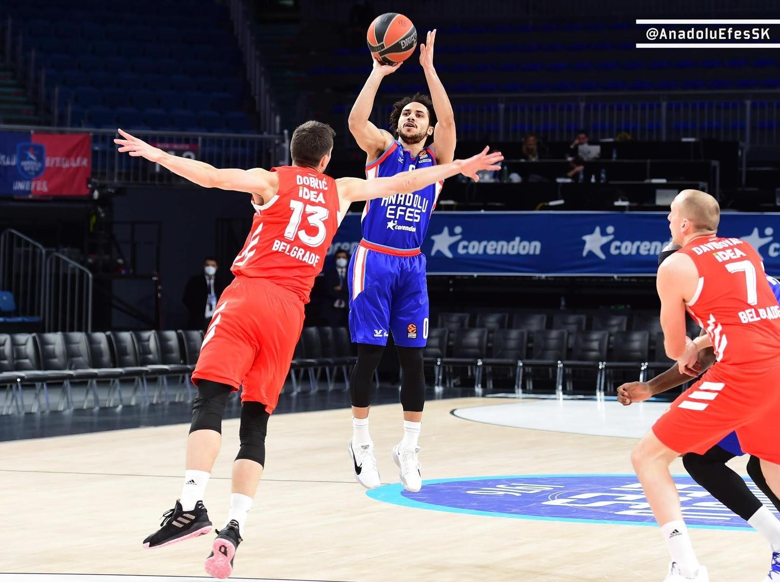 Anadolu Efes' point guard Shane Larkin (C) shoots against Crvena Zvezda in a THY EuropeaLeague match at the Sinan Erdem Sports Center, Istanbul, Turkey, Jan. 26, 2021.