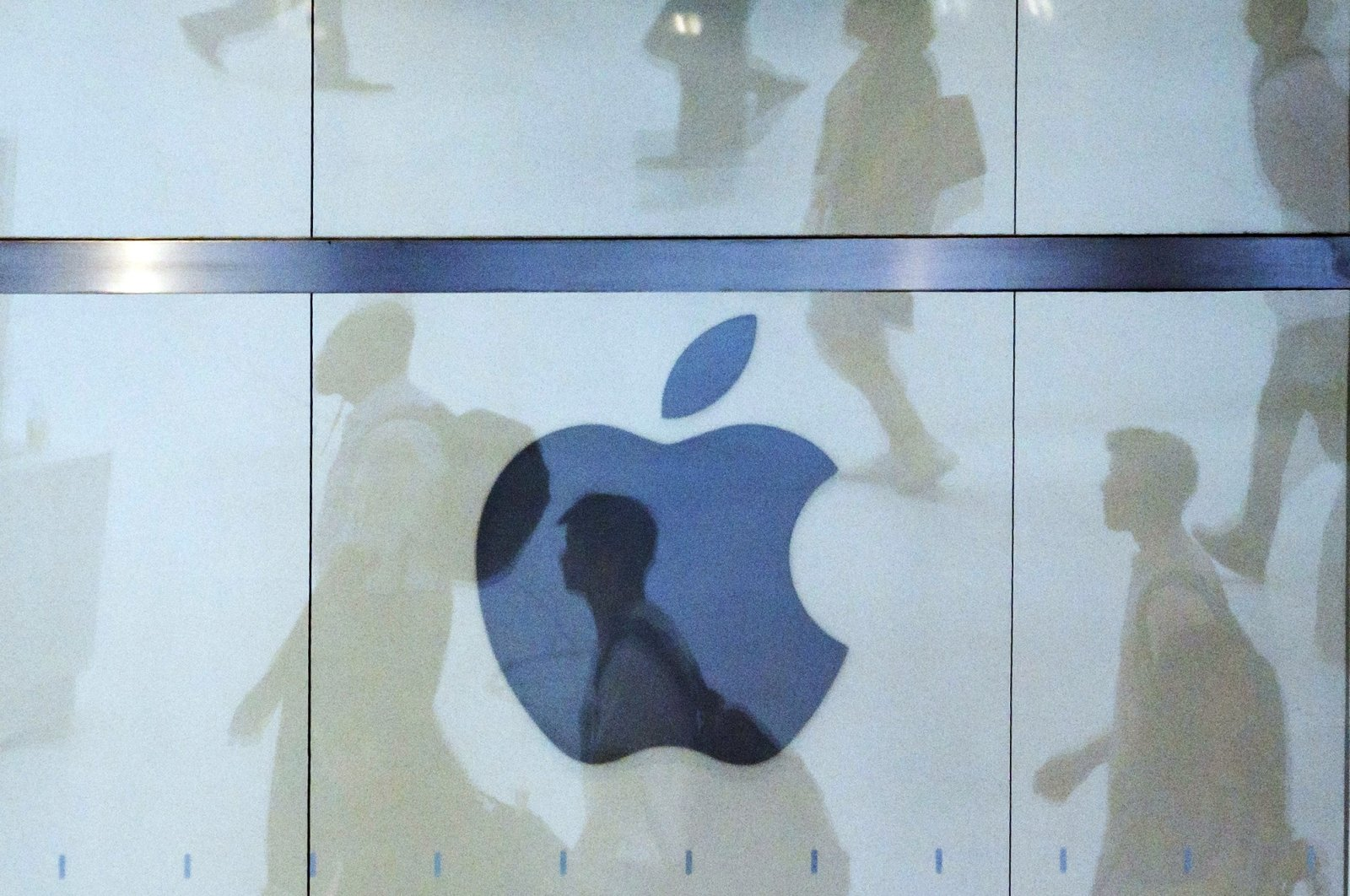 People walk past an Apple logo at an Apple store in New York City, New York, U.S., Aug. 1, 2018. (EPA Photo)