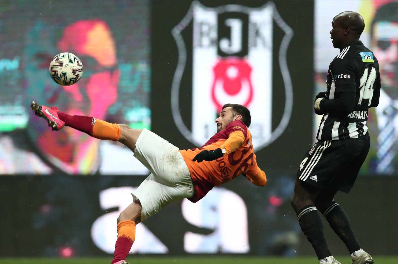 Galatasaray left back Marcelo Saracchi (L) in action against Beşiktaş forward Vincent Aboubakar in a Turkish Süper Lig match, Istanbul, Turkey, Jan. 17, 2021. (EPA Photo)