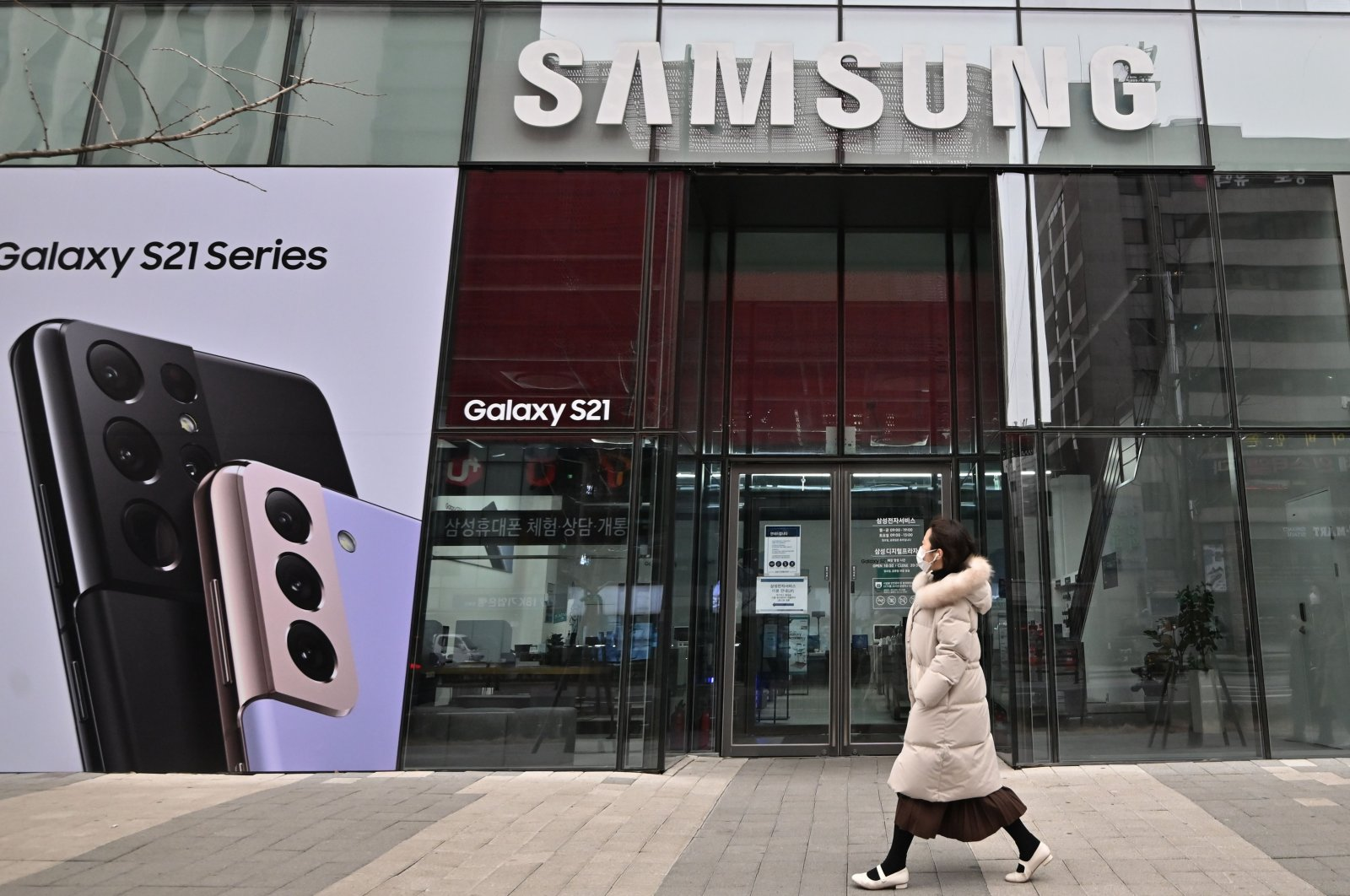 A woman walks past an advertisement for the Samsung Galaxy S21 smartphone at a Samsung Electronics store in Seoul, South Korea, Jan. 28, 2021. (Reuters Photo)