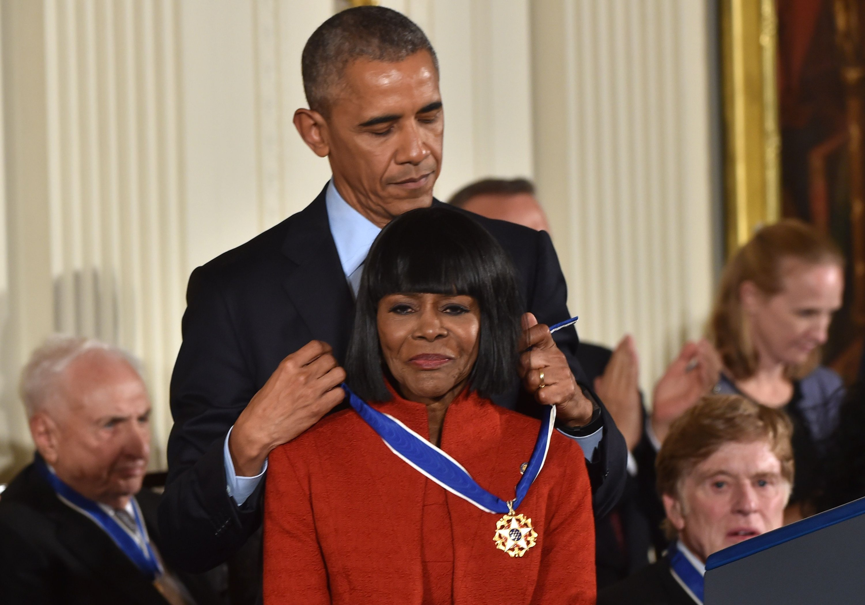 U.S. President Barack Obama presents actress Cicely Tyson with the Presidential Medal of Freedom, the nation's highest civilian honor, during a ceremony honoring 21 recipients, in the East Room of the White House in Washington, D.C., U.S., Nov. 22, 2016. (AFP Photo)