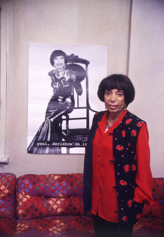 Safia Ayla evinde bir röportaj sırasında posterinin önünde poz veriyor, İstanbul, Türkiye, 27 Nisan 1995 (Fotoğraf Arşivi)